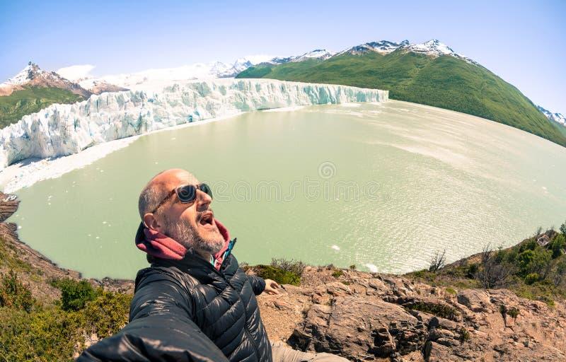 Handelsresande för ung man som solo tar selfie på Perito glaciar Moreno fotografering för bildbyråer