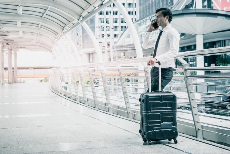 Handelsresande f?r aff?rsman med bagage p? station royaltyfri fotografi