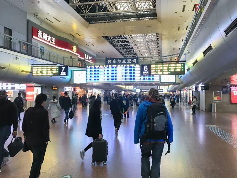 Handelsresande i korridor av den västra järnvägsstationen för Peking arkivbild
