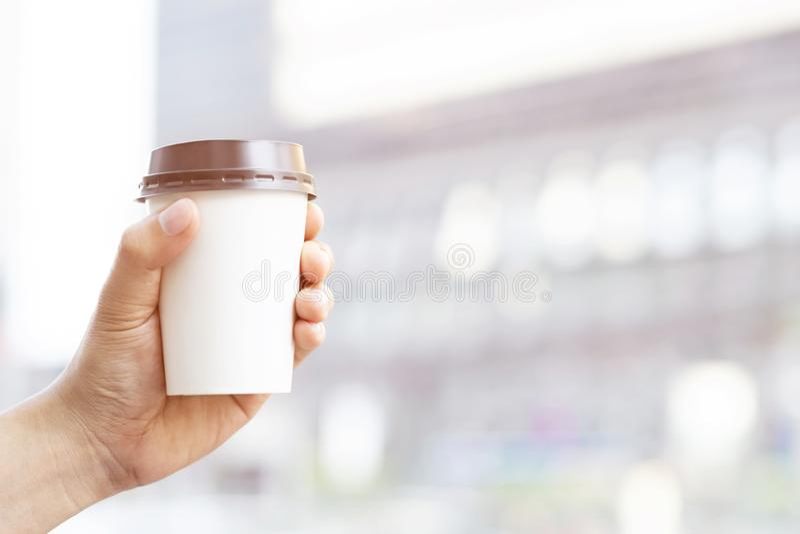 Handelsresande m?ste dricka kaffe, innan de reser varje g?ng som g?r den f?rnyade kroppen arkivbilder