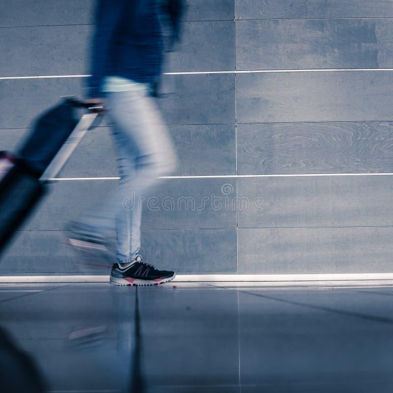 Handelsresande med att gå för bagage arkivfoto
