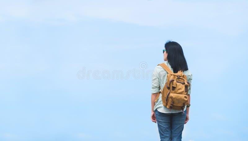 Handelsresande med ryggsäcken som ser blå himmel, asia kvinnafotvandrare arkivfoton