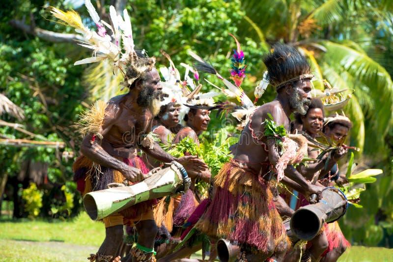 Handelsresande och dansare tillsammans på mäktig ceremoni, New Guinea royaltyfria foton