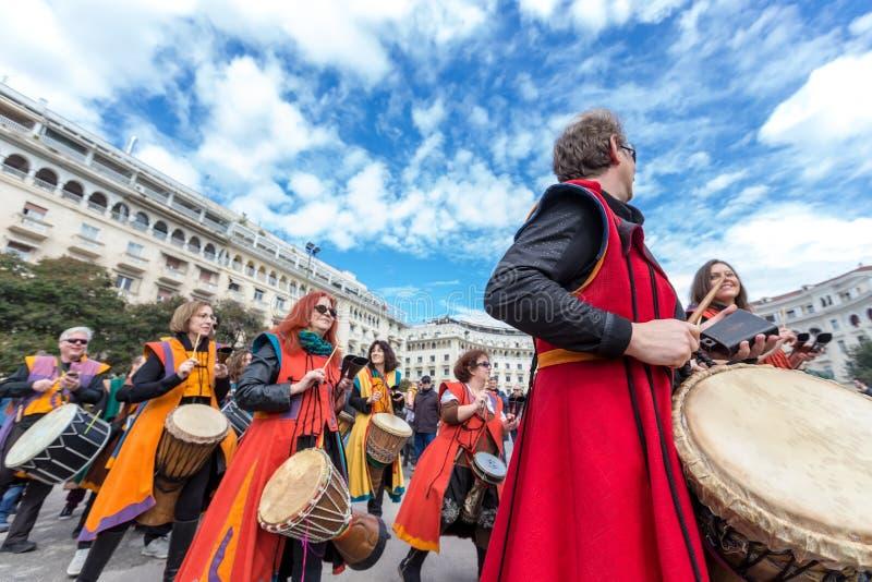 Handelsresande och musiker som spelar traditionell musik royaltyfria bilder