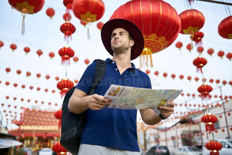 Handelsresande på den asiatiska stadsgatan Dagsljusskytte royaltyfria bilder