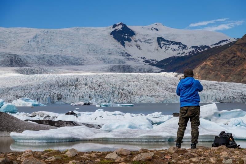 Handelsresande på isberglagun av Fjallsarlon, Island royaltyfria bilder