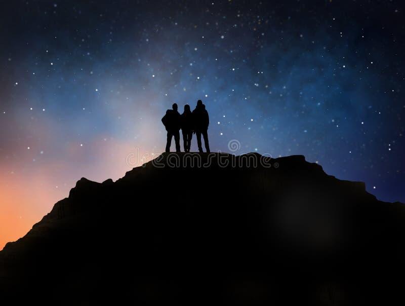 Handelsresande på kanten av berget över natthimmel royaltyfri illustrationer