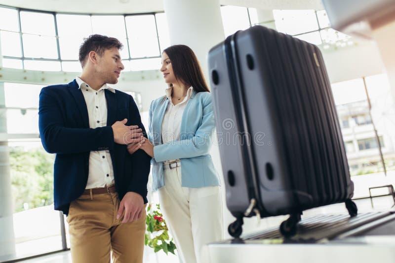 Handelsresande satte av bagage p? r?ntgenapparatf?rs?k till uppt?cktsmetallf?rhindrandet p? flygplatsen f?r tagande royaltyfria bilder