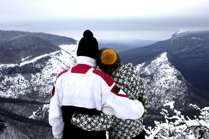 Handelsresande ser det härliga sceniska landskapet av snöig berg i vinter royaltyfria bilder