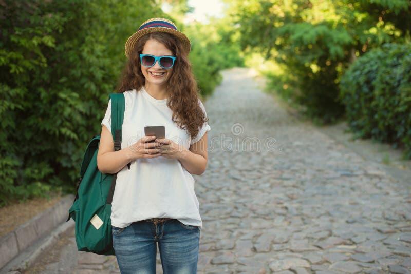 Handelsresande som använder smartphonen på gatan royaltyfria bilder