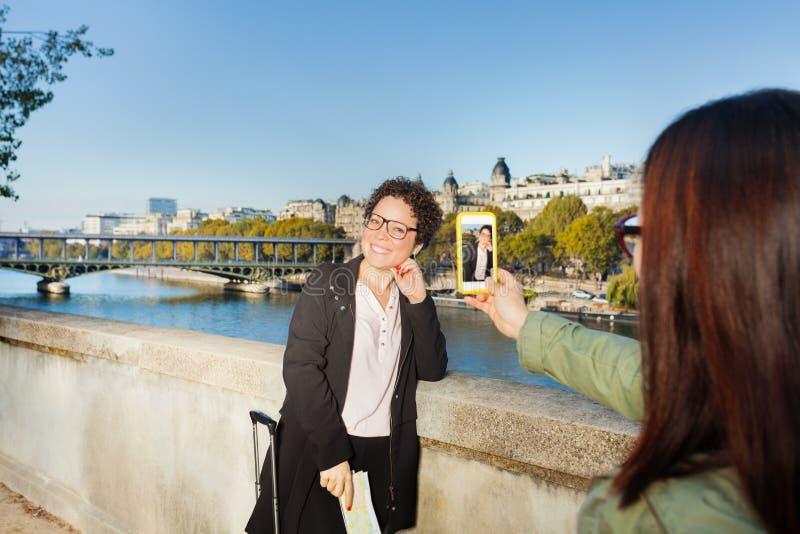 Handelsresande som läser översikten mot Eiffeltorn royaltyfri bild