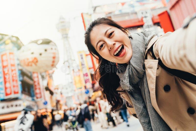 Handelsresande som tar glatt selfie i tsutenkaku arkivbilder