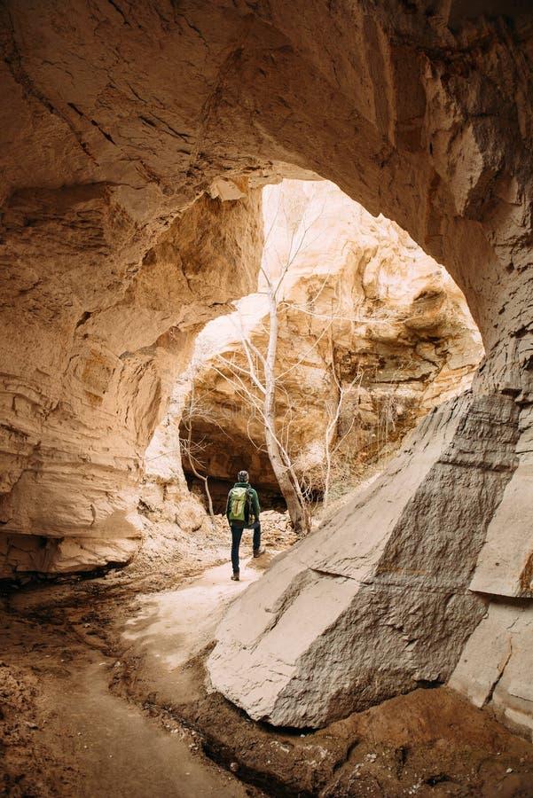 Handelsresande som undersöker Cappadocia sandstengrottor arkivbild
