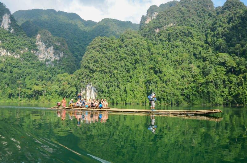 Handelsresande tycker om scenisk landskapsikt för härlig natur på bambufartyget på den Khao Sok nationalparken som attraktivt ber arkivbilder