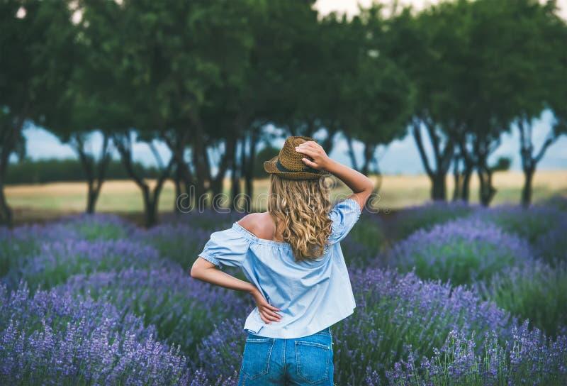 Handelsresandeanseende för ung kvinna i lavendelfältet, Isparta, Turkiet royaltyfri foto