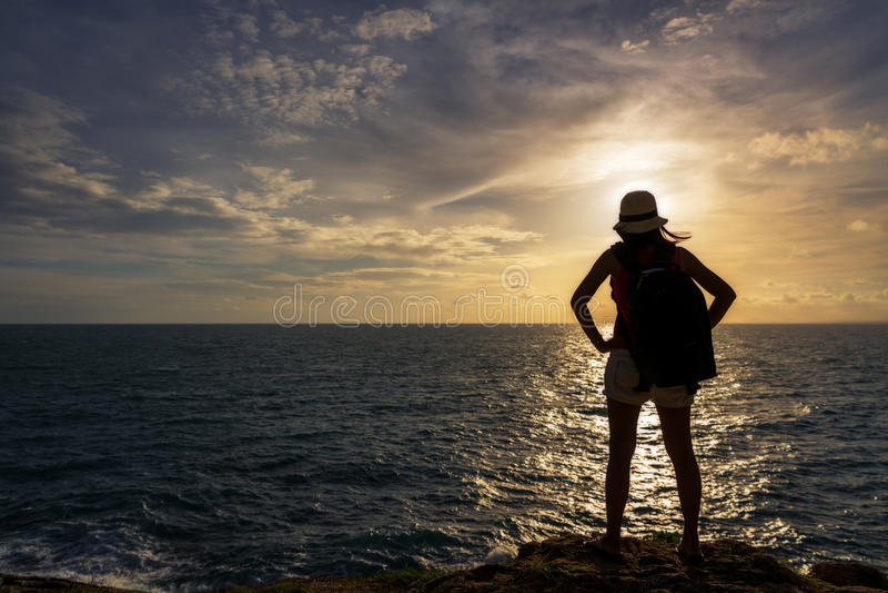 Handelsresandeasia kvinna på havsklippan fotografering för bildbyråer