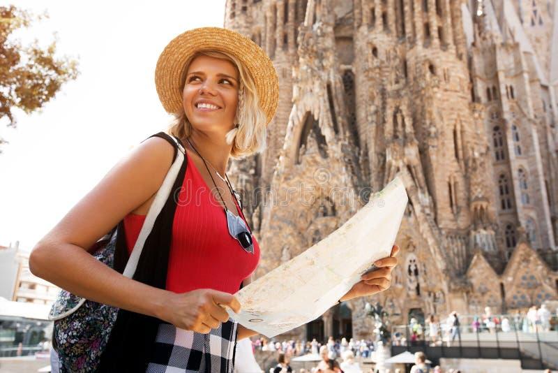 Handelsresandeflicka i Barcelona framme av Sagrada Familia Turist- håll- och blicköversikt för kvinna, begreppsaffärsföretag arkivfoton