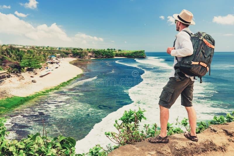 Handelsresandefotograf med ryggsäcken att undersöka den tropiska ön Bali, Indonesien royaltyfria foton