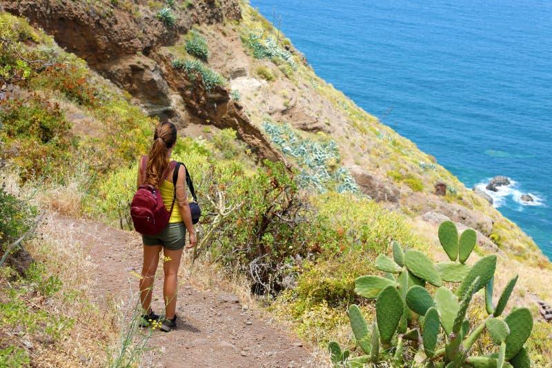Handelsresandefotvandrarekvinna som tycker om landskap i Tenerife, Spanien Begrepp för affärsföretag för naturlig turismfotvandra arkivbilder
