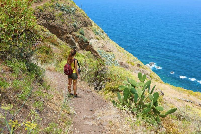 Handelsresandefotvandrarekvinna som tycker om landskap i Tenerife, Spanien Begrepp för affärsföretag för naturlig turismfotvandra arkivfoton