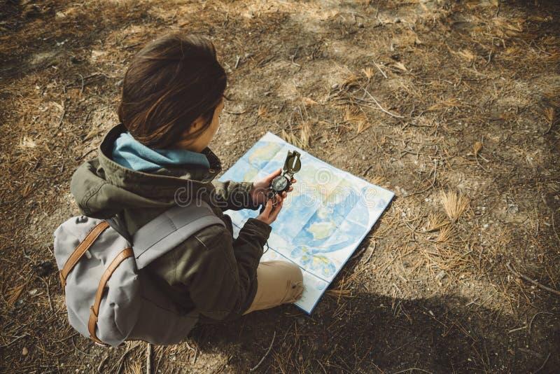 Handelsresandekvinna med en utomhus- kompass och översikt arkivbild
