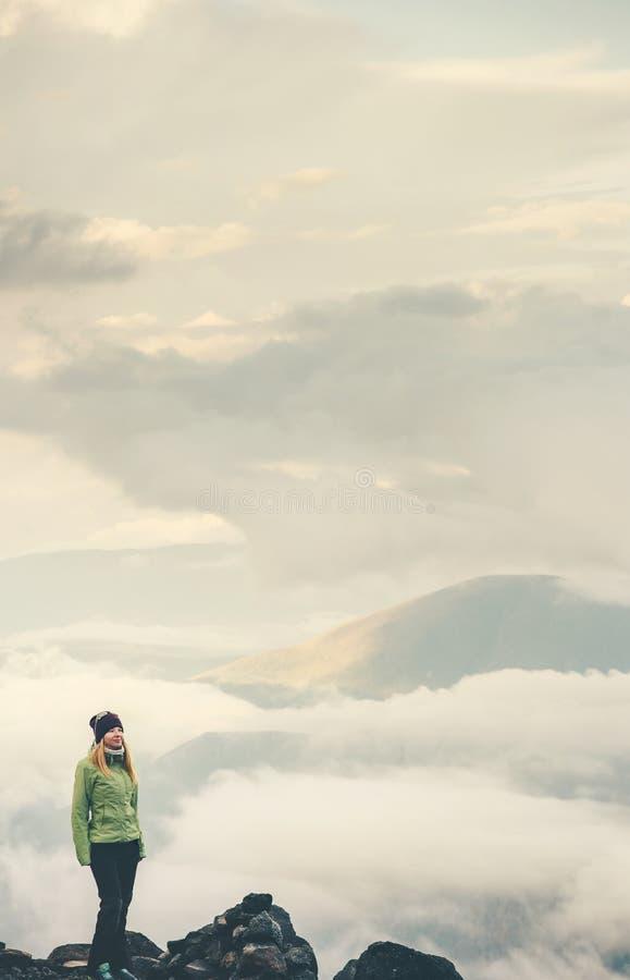 Handelsresandekvinna på klippan arkivfoton