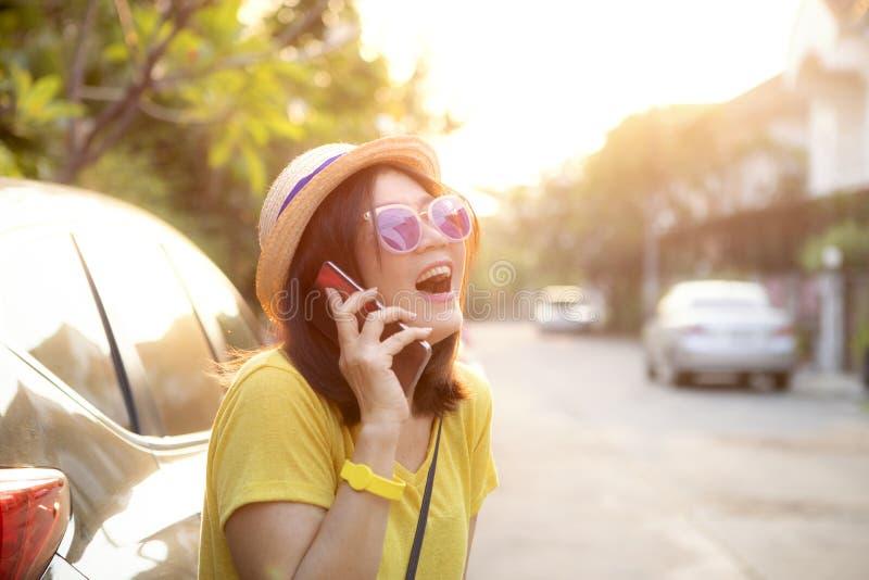 Handelsresandekvinna som skrattar med lyckaframsidaanseende på baksida av suvbilen royaltyfria bilder