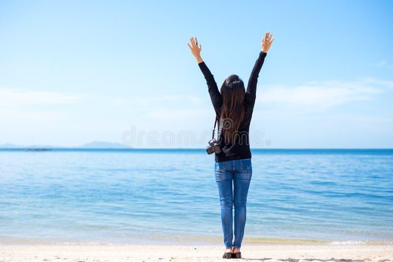 Handelsresandekvinnor ser den härliga stranden och den blåa himlen, royaltyfri bild