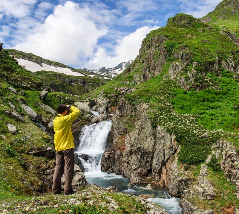 Handelsresandeman som tar fotoet av den stora vattenfallet i Georgia royaltyfria foton