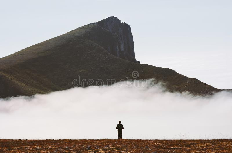 Handelsresanden som bara fotvandrar i molniga berg, reser affärsföretag arkivbilder