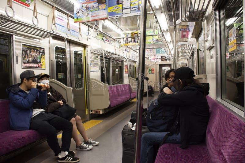 Handelsresandepassagerare och resa för japanskt folk och utlänningvid keiseilinjen drev att gå till Narita den internationella fl royaltyfri foto