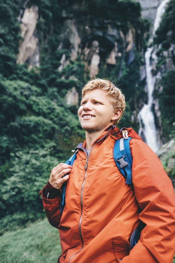 Handelsresandestående för ung man i regnig skog royaltyfri foto
