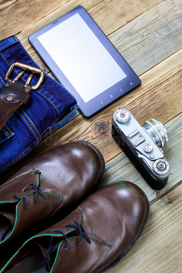 Handelsresandeuppsättning med digitizeren, rangefinderkamera, woolen tröja arkivfoto