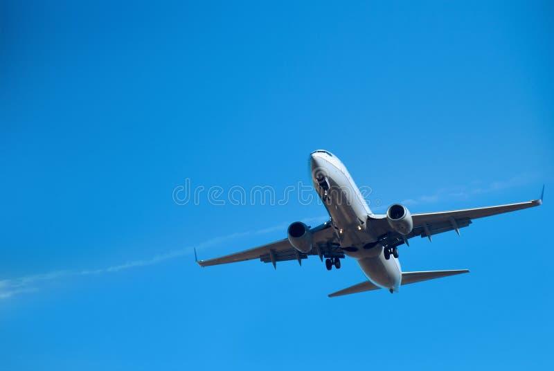 Handelsverkehrsflugzeug Minuten vor der Landung stockbild