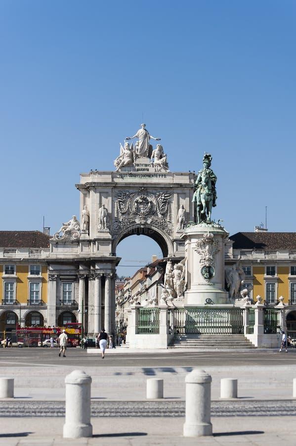 Handelsvierkant in Lissabon, Portugal, met standbeeld en oriëntatiepunten stock foto's