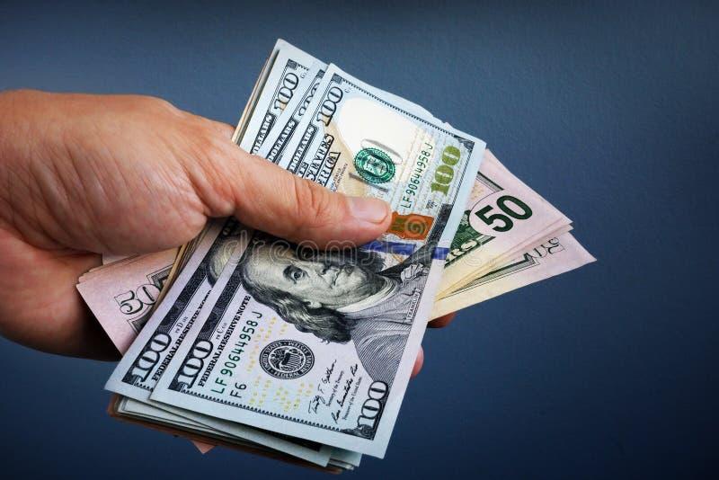 Handen är hållande dollarsedlar Lån och lån royaltyfri foto