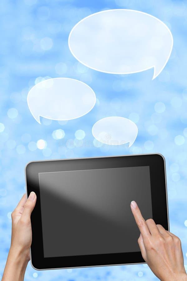 Handen överför meddelandet från tableten arkivbilder