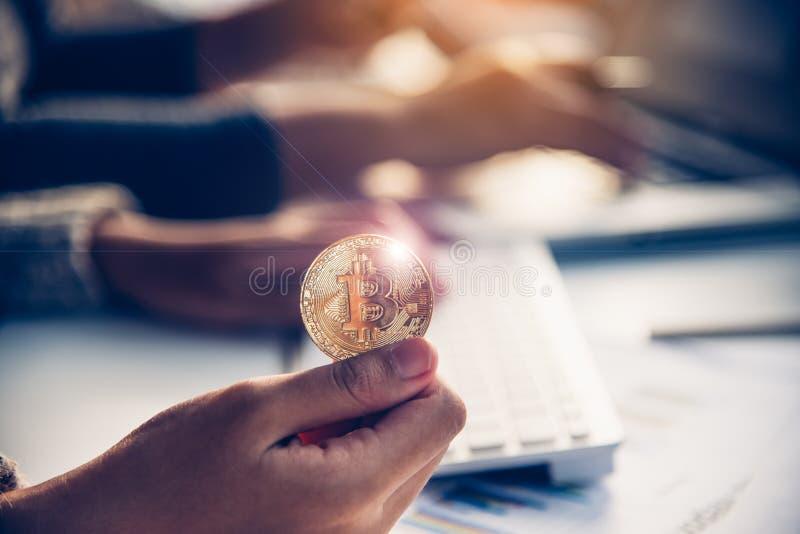 Handen av affärsmannen rymmer ett bitcoinmynt - begrepp till nollan royaltyfri bild