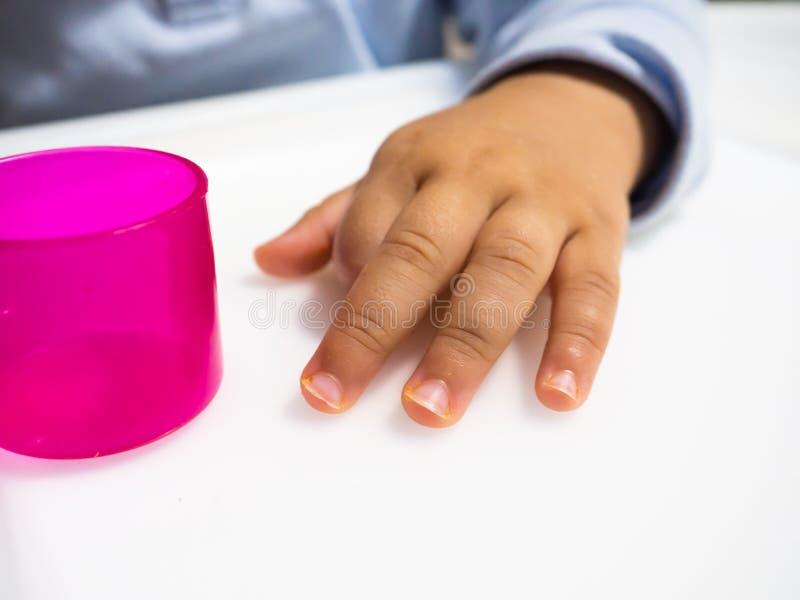 Handen av barnet arkivfoto