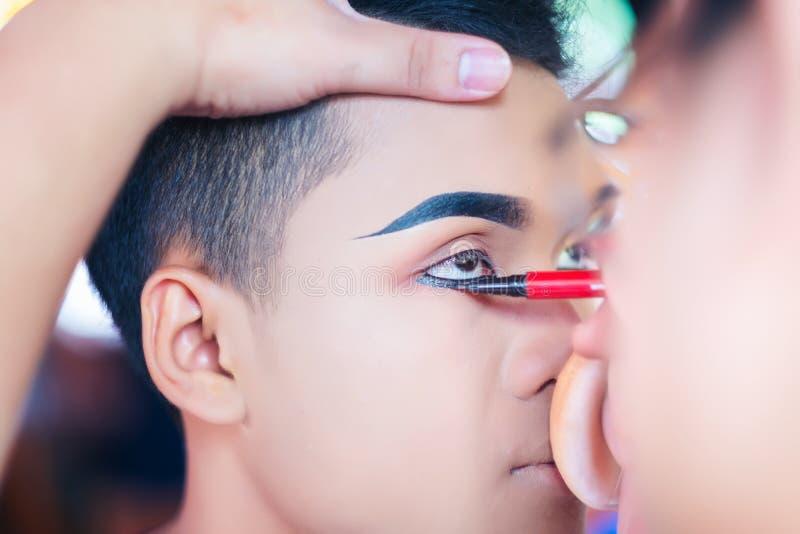 Handen av sminkförlagen, makeupkonstnären gör makeup för bren arkivfoton