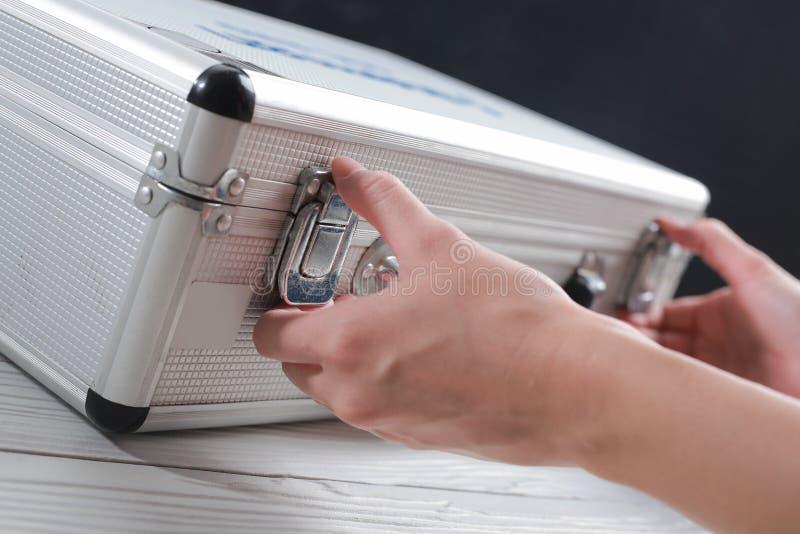 Handen bedrijfs open bagageopslag en documenten stock foto's