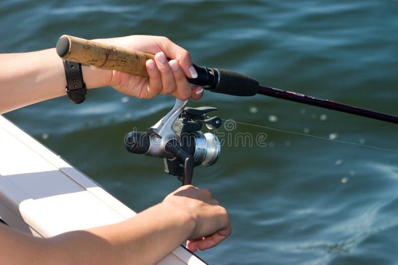 Handen bij de visserij van spoel stock foto's