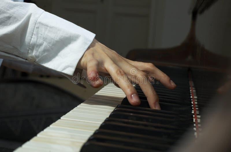 Handen bij piano-2 royalty-vrije stock afbeelding