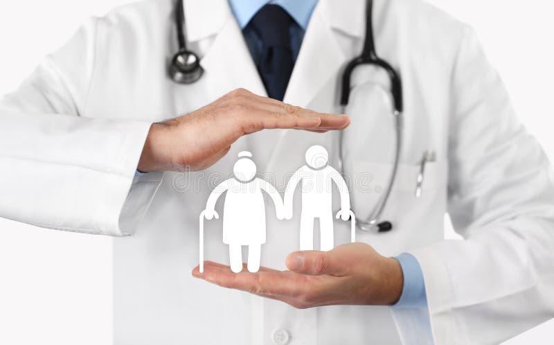 Handen de arts beschermt de bejaarde ziektekostenverzekering van het mensensymbool vector illustratie