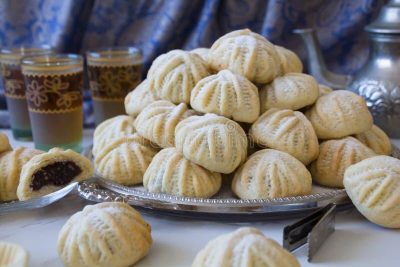 Handen dekorerade 'Maamoul 'en arabisk efterrätt fyllde kakor som gjordes med data deg, mandlar, valnötter och kanel royaltyfri bild