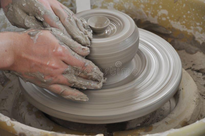 Handen die aan aardewerkwiel werken royalty-vrije stock fotografie
