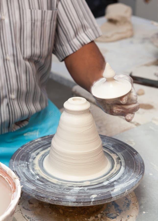 Handen die aan aardewerkwiel werken royalty-vrije stock afbeeldingen