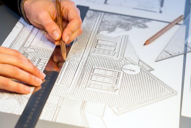 Handen die aan het project van de bouwlay-out werken royalty-vrije stock fotografie