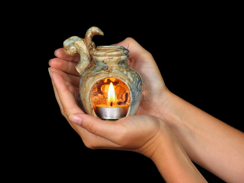Handen die aromalamp houden stock afbeelding