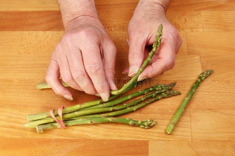 Handen die asperge voorbereiden royalty-vrije stock foto's